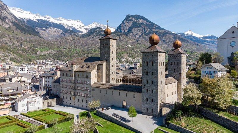 Les visites commentées dans les villes, comme ici au château Stockalper de Brigue, attirent beaucoup de monde cet été.