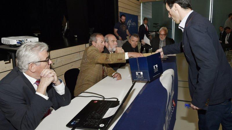 Le 6 mai 2016, les actionnaires de Télénendaz votaient la fusion avec Téléveysonnaz. Ici, Jean-Marie Fournier qui récolte les bulletins de vote.