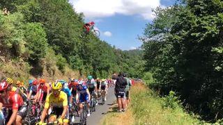 Le saut de folie d'un vététiste par-dessus le peloton du Tour de France