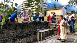 A Martigny, les touristes visitent la ville sous la conduite d'un guide déguisé en Romain