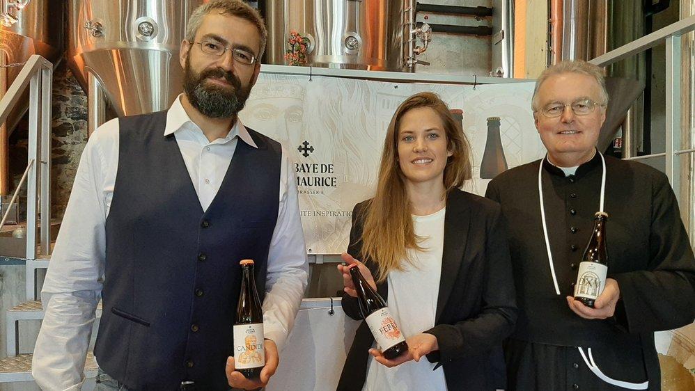 Benjamin Levaux, Céline Darbellay et le chanoine Olivier Roduit présentent les trois bières de l'abbaye.