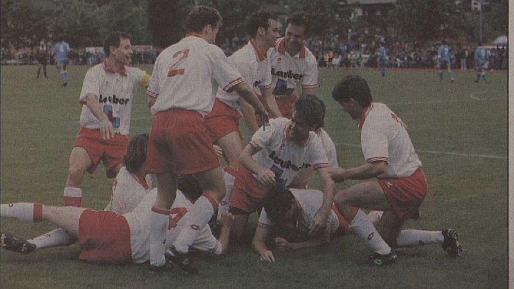 Les joueurs du FC Naters se congratulent après leur victoire contre Bulle lors des finales de promotion en Ligue nationale B au terme de la saison 1994-1995.