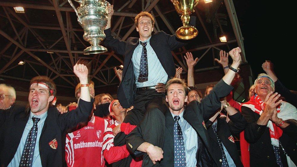 Sébastien Zambaz, Frédéric Chassot et les joueurs du FC Sion portent en triomphe Christophe Bonvin qui tient les deux coupes gagnées par le FC Sion en 1997.