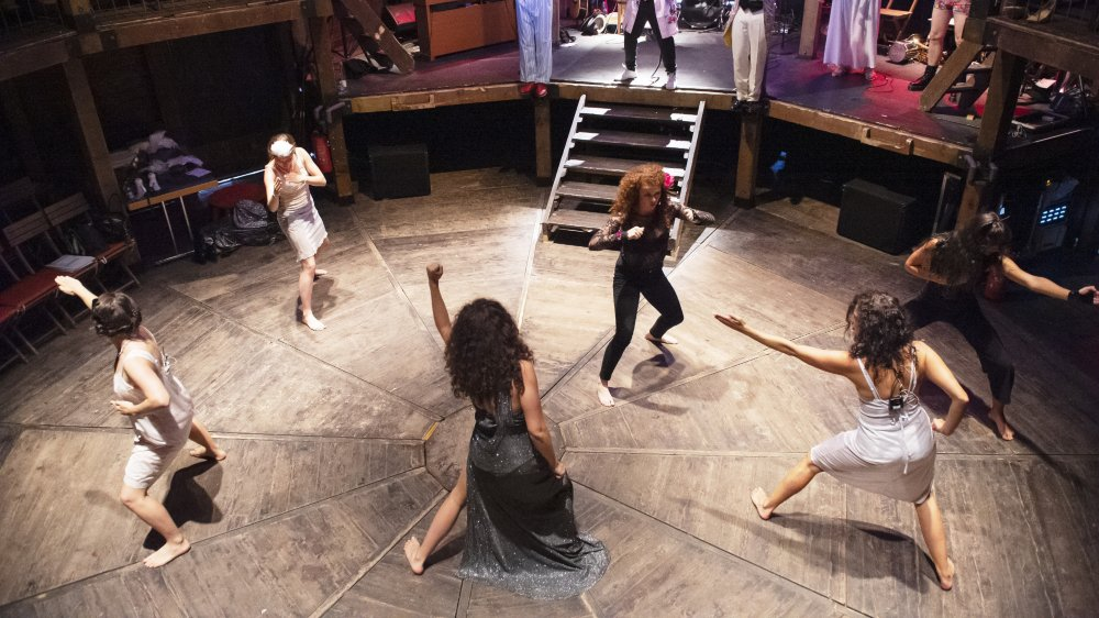 """La troupe des """"Cocottes en sucettes"""" en pleine répétition avant la première du 4 septembre."""
