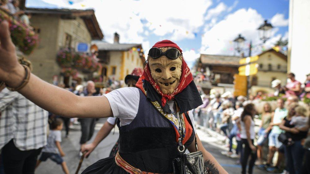 Les fêtes folkloriques, à l'image de la fête de la mi-été à Evolène, doivent se réinventer petit à petit pour survivre et élargir leur public.