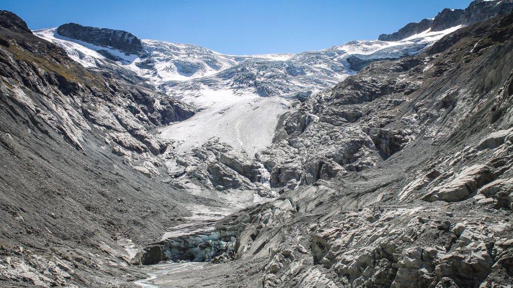 Depuis cet été, le glacier de Ferpècle est coupé en deux. Le front glaciaire, suspendu à la barre de rocher, est amenée à fondre rapidement du fait de la chaleur de la roche. A son pied, une zone morte qui n'est plus alimentée.