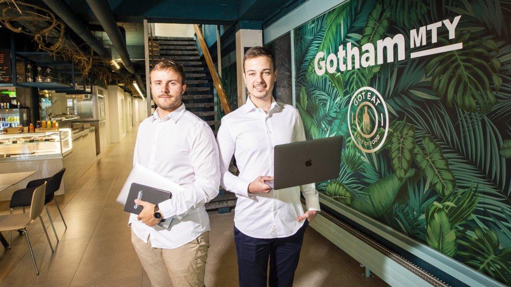 Victor Liebenguth, city manager, et Guilhem Sirven (à dr.), directeur général, dans le nouvel espace de coworking Gotham à Martigny, qui se veut novateur avec son bar-restaurant et les espaces de travail en arrière-plan.
