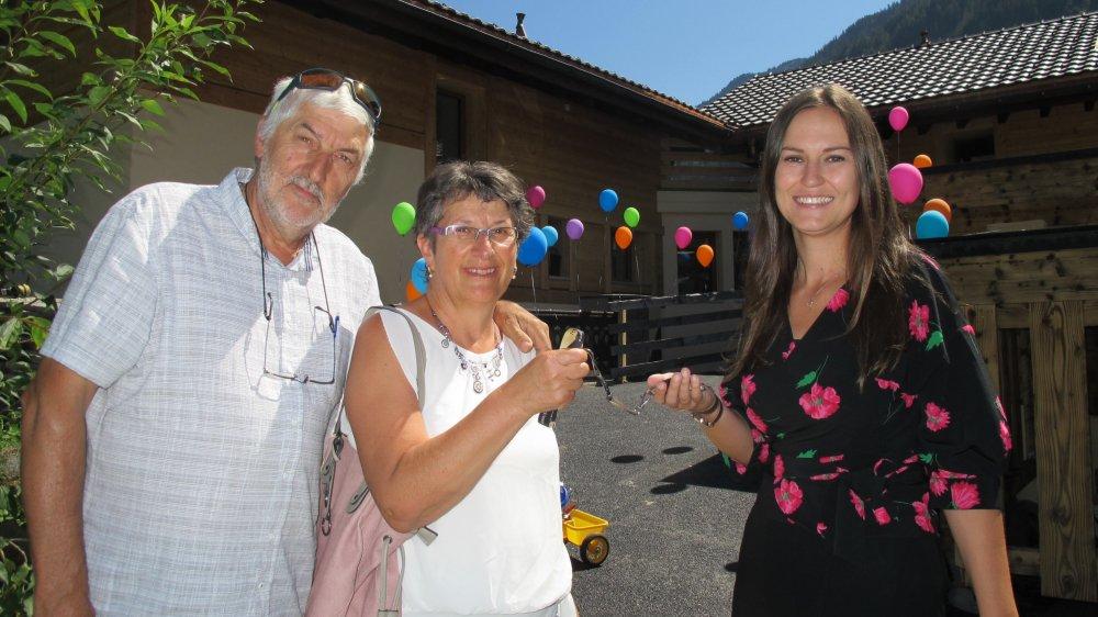 Michel et Marie-Cécile Guigoz remettent les clés de leur ancienne maison devenue l'Arche de Noël à Gentiane Bajrami, responsable de la structure pour Cité-Printemps.