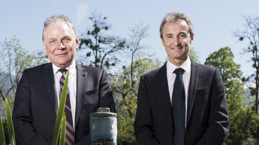 En mai dernier, Joël Rossier à droite pose aux côtés de Jacques Melly pour les dix ans d'assainissements des sites industriels. Aujourd'hui, le rapport qu'il a déposé à l'Inspection des Finances est très critique avec le département.