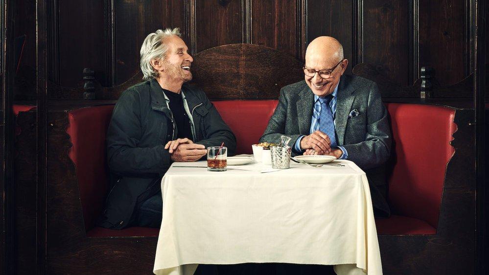 Sandy Kominsky et son ami Norman Newlander dissertent sur leur passé et les inconvénients de l'âge.