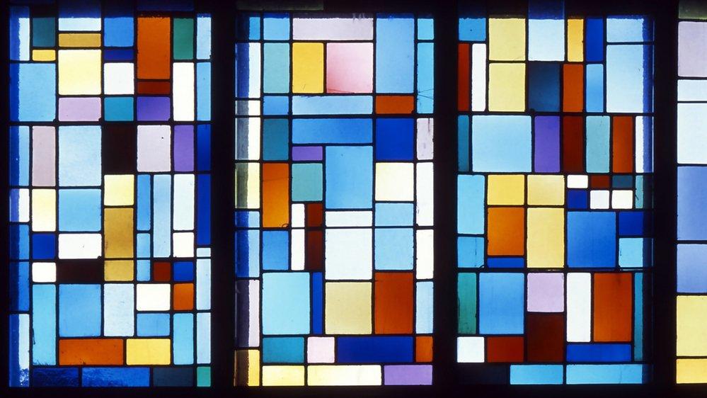 Vitraux abstraits de Carla Prina installés dans la nef de la chapelle en 1966 en alternance avec ceux de Gaeng.