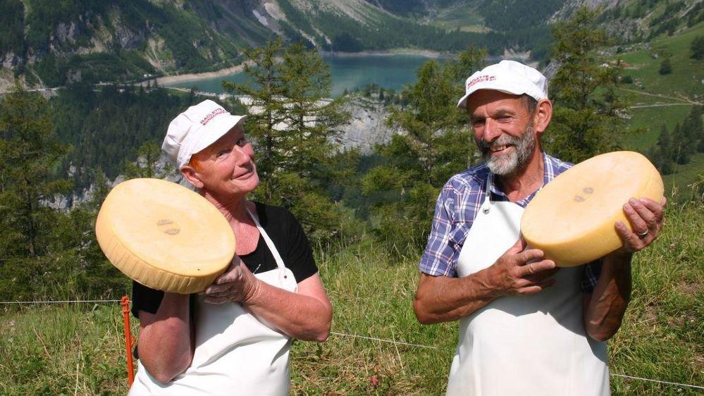 A Mondralèche, Charles-André et Doris Mudry ont une vue exceptionnelle sur le barrage et le lac de Tzeuzier.
