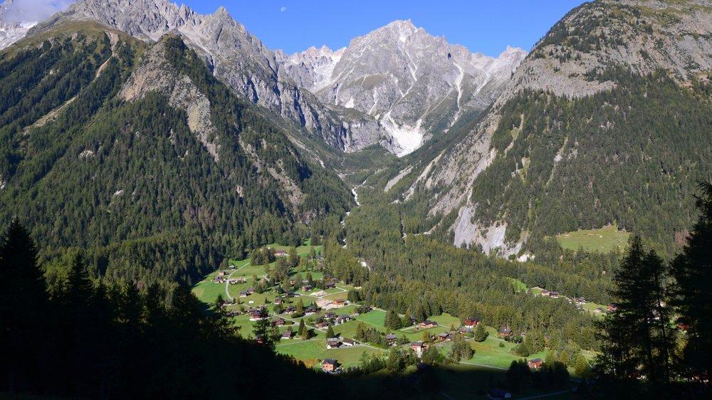 Le plateau de Saleinaz passera en zone «habitat de montagne» et la construction de résidence principale y sera autorisée. La demande, l'équipement des terrains et le réseau de transports publics justifient ce changement de zone selon la commune.