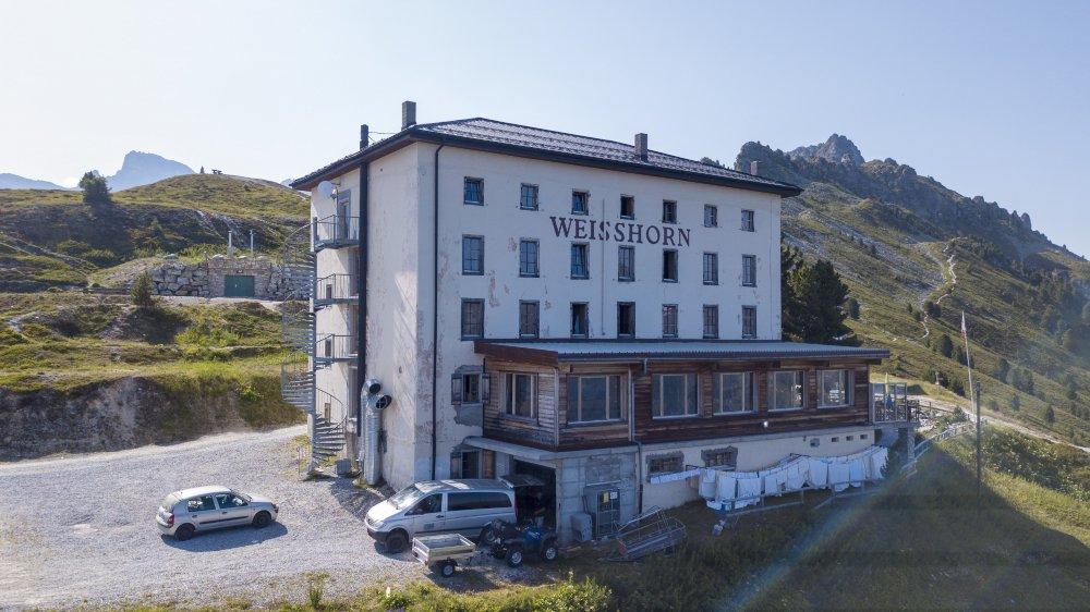 n hôtel hors du temps, qui domine le val d'Anniviers et attire de nombreux randonneurs et cyclistes durant la belle saison, ainsi qu'une clientèle hivernale.