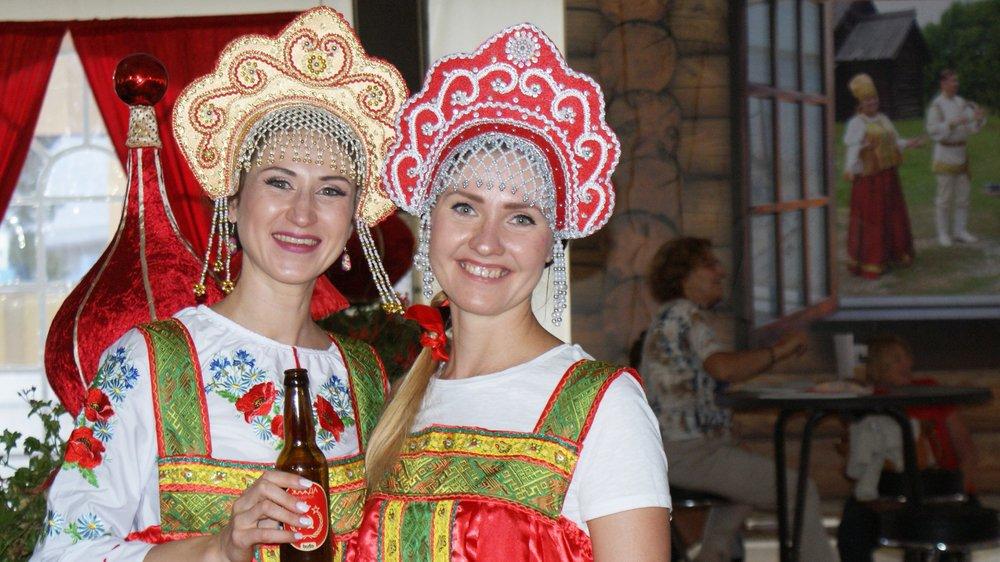 Maria et Rimma, tout sourire, accueillent les visiteurs dans la Datcha, construite et décorée spécialement sur la place principale de Vetrograd, où les visiteurs de passage peuvent déguster une bière spéciale estampillée d'un drapeau russe légèrement revu et corrigé pour l'occasion.