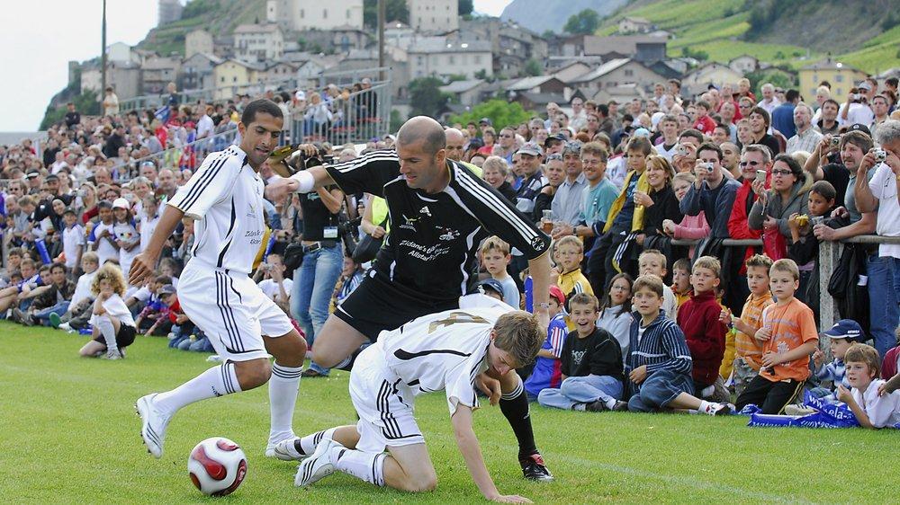 Zinédine Zidane avait attiré les foules et marqué les esprits à Saillon. Sabri Lamouchi, ex-international français et désormais entraîneur de Nottingham Forest, tente tant bien que mal de lui dérober le ballon.