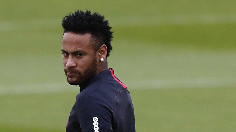 Football: Neymar resterait une saison de plus au PSG après avoir renoncé à son transfert au Barça