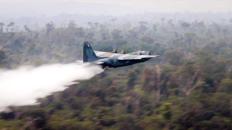 Bolsonaro, sous pression, pense envoyer l'armée — Incendies en Amazonie