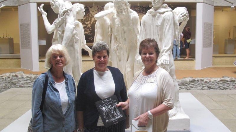 Carol Jones (au centre), Cathy Mariott (à g.) et Florence Gay-des-Combes de la Fondation Gianadda devant les «Bourgeois de Calais» de Rodin.