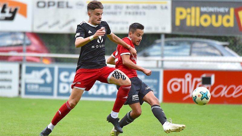 Jonathan Amorim Machado (FC Saint-Maurice) est au duel avec Gentian Asani (FC Conthey).