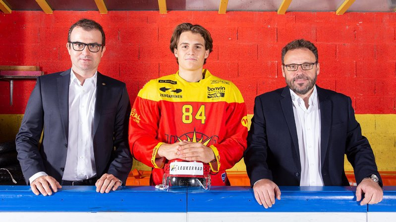 Eliot Bernazzi est entouré par Alain Bonnet, le président et Christophe Fellay, le directeur sportif.