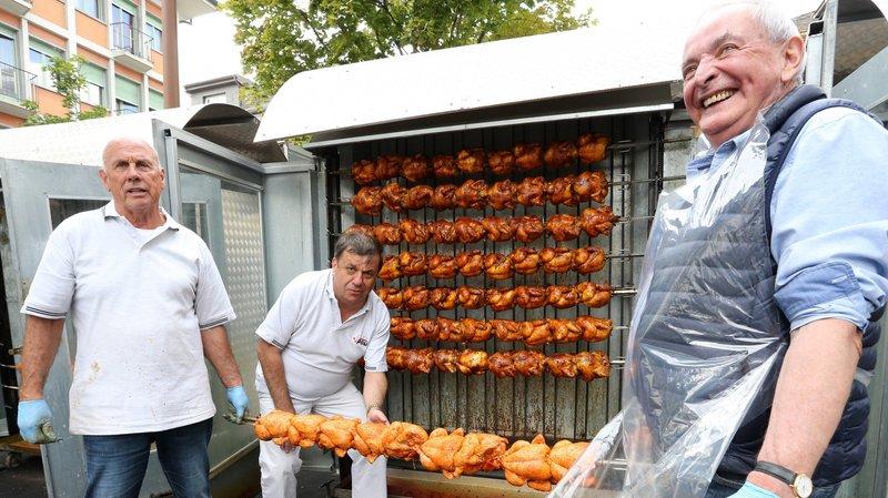 Daniel Dekumbis, à gauche, son assistant Gérald Locher, à droite et Serge Roh annoncent avoir commandé 2000 poulets puisque la fête débutera déjà jeudi.