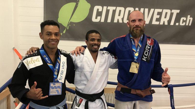 Helio Fernandes et Thierry Jordan entourent leur coach Edvaldo Motta.