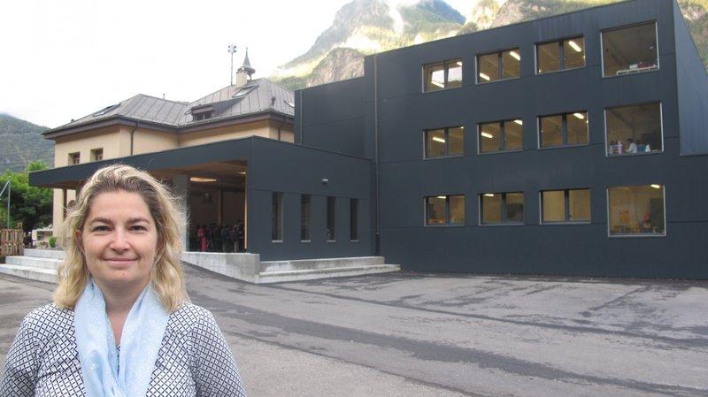 La municipale Jasmine Ballay devant la nouvelle école de Dorénaz, construite à proximité de l'école historique datant de 1921.