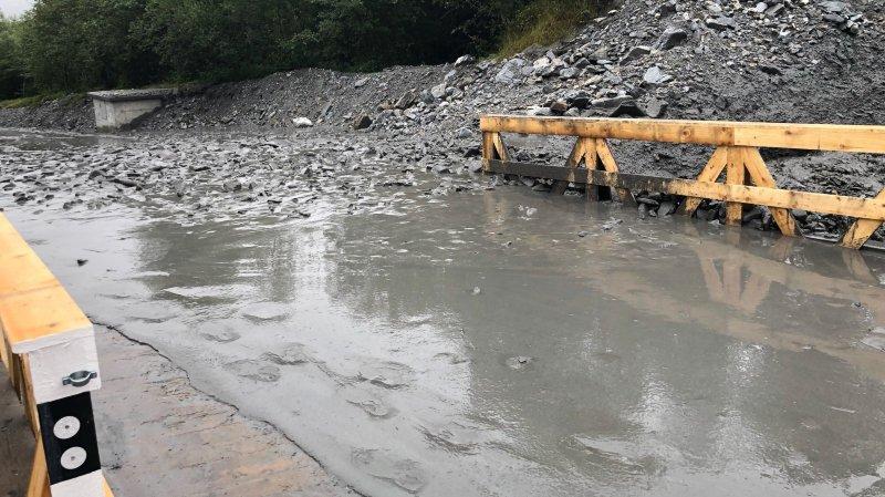 La lave torrentielle a été rapidement déblayée, si bien que la route a été rendue à la circulation après deux heures de fermeture.