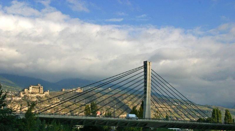 Le pont à haubans de Chandoline. Des contrôles approfondis ont lieu tous les cinq ans sur ce type d'ouvrage.
