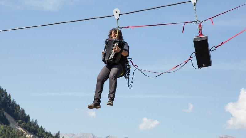 Niouc: Célina Ramsauer a chanté et joué de l'accordéon accrochée à une tyrolienne avec 200 mètres de vide sous ses pieds