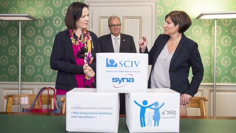 La présidente des Syndicats chrétiens Carole Furrer remet les 4265 signatures à la conseillère d'Etat Esther Weaber-Kalbermatten.
