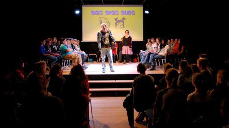 «Sigg Sagg Sugg», de la troupe bâloise Reactor, invite les élèves sur scène.