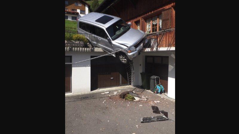 Uri: une voiture sans conducteur finit sa course sur une terrasse