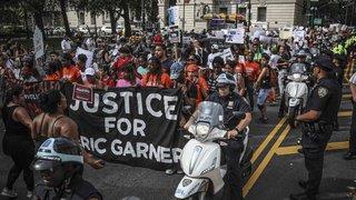 Etats-Unis: renvoi d'un policier accusé d'avoir asphyxié un homme Noir à New-York
