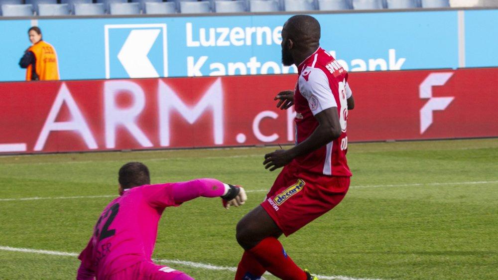Seydou Doumbia bat Markus Müller,le gardien du FC Lucerne.