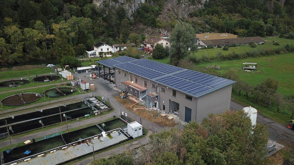 Le nouveau bâtiment de la pisciculture de Vionnaz et sa centrale photovoltaïque.