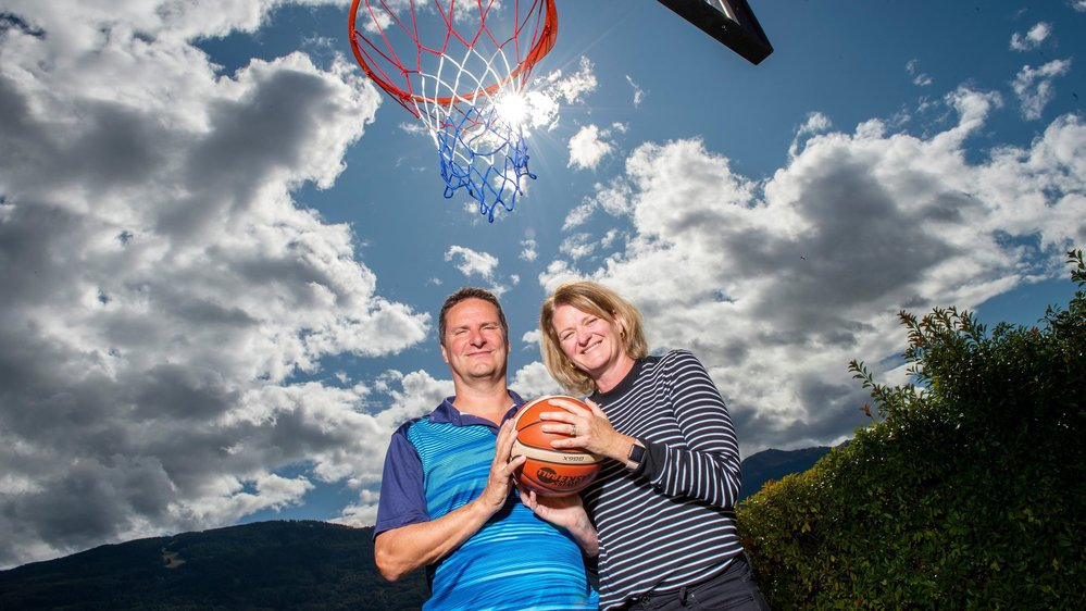 Les époux Zumstein, Monica et Alain, posent sous le panier de basket de leur villa familiale.