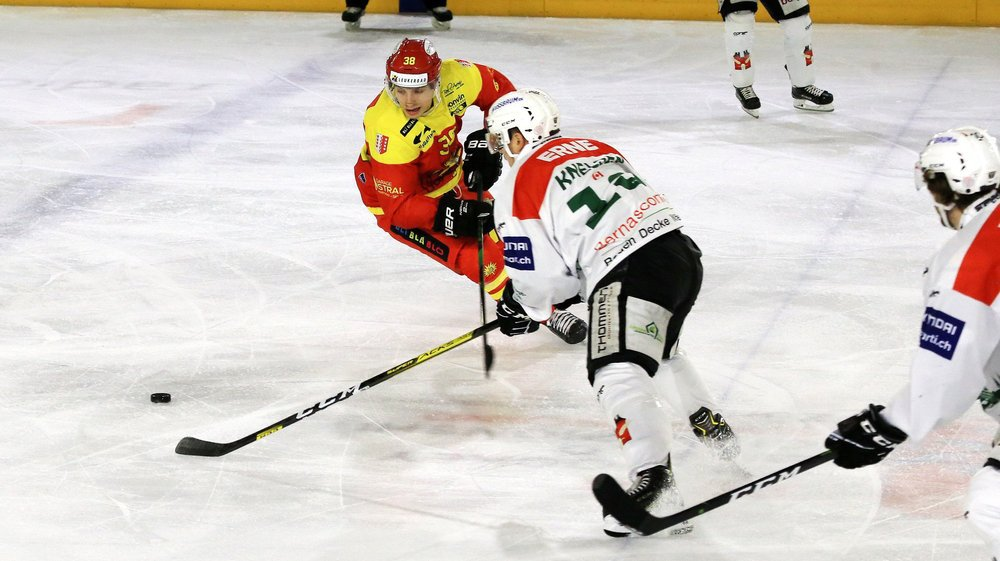 Guillaume Asselin ne passe pas face à Dion Knelsen. Le Canadien a raté deux très grosses chances de but lors du deuxième tiers.