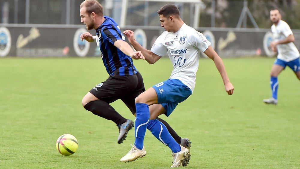 Do Nascimento se bat pour récupérer le ballon dans le derby face à l'US Port-Valais.