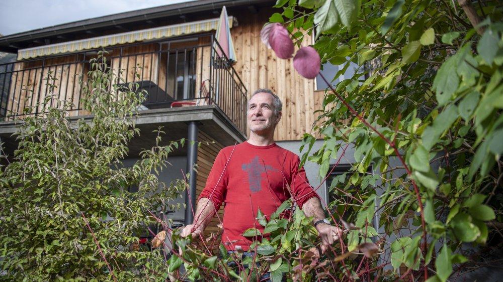 Végétaliser, créer des courants d'air et étudier l'implantation du bâti sur un terrain sont des éléments clés pour lutter contre la surchauffe selon Léonard Bender. L'architecte a d'ailleurs largement arborisé les abords de sa maison.