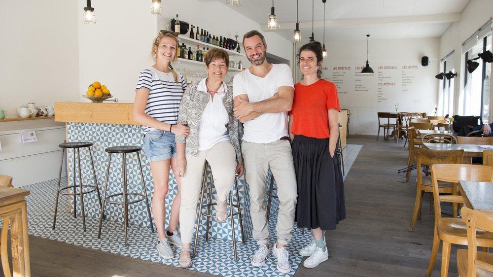 Mélanie et Sonia Z'Graggen (à gauche) comptent parmi les personnes qui ont créé le Café du 1er août en 2014, afin de redynamiser le quartier de Muraz. Elles sont ici en présence de Céline Guibat, architecte du projet, et de Alexandre Vergères, président du Groupe professionnel des architectes de la SIA Valais.