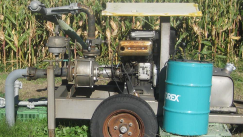 Le puits privé qui alimentait le champ de 7000 m2, arrosé d'eau polluée à la benzidine, utilisait une pompe à diesel de ce type.