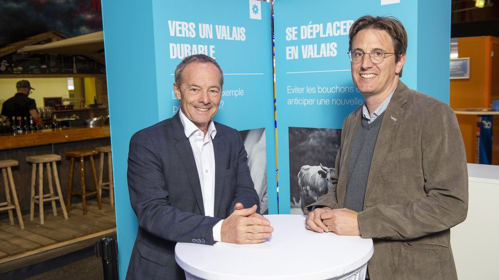 Alain Barbey, coordinateur régional CFF Suisse romande, et Vincent Pellissier, chef du Service cantonal de la mobilité, ont débattu sur le stand du «Nouvelliste» à la Foire du Valais.