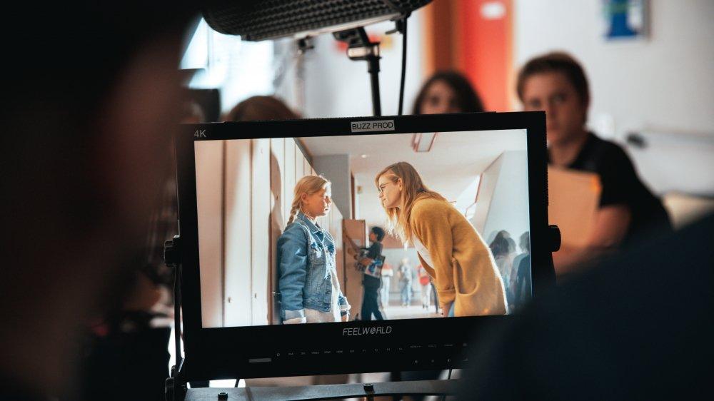 Noémie Schmidt interprète une enseignante qui voit que son élève Léa (interprétée par Mathilde Lang) exprime un mal-être.
