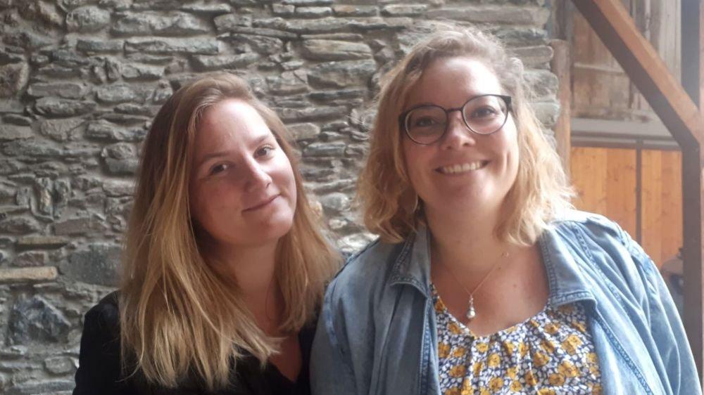 Les deux animatrices socioculturelles Roxane Di Biasi (à g.) pour la vallée d'Entremont et Aline Moor Imfeld pour le val de Bagnes se réjouissent de proposer un projet qui promeut la parole des jeunes.