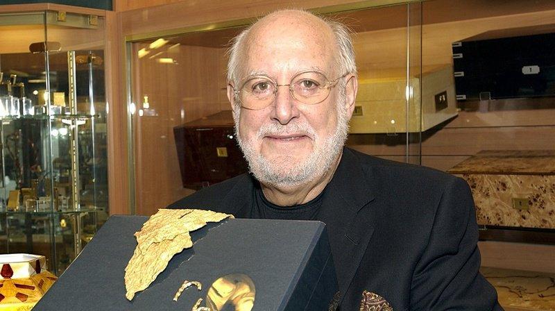 Gilbert Albert été le premier joaillier vivant depuis 1917, après Fabergé, à être invité à présenter ses créations au Kremlin, à Moscou.