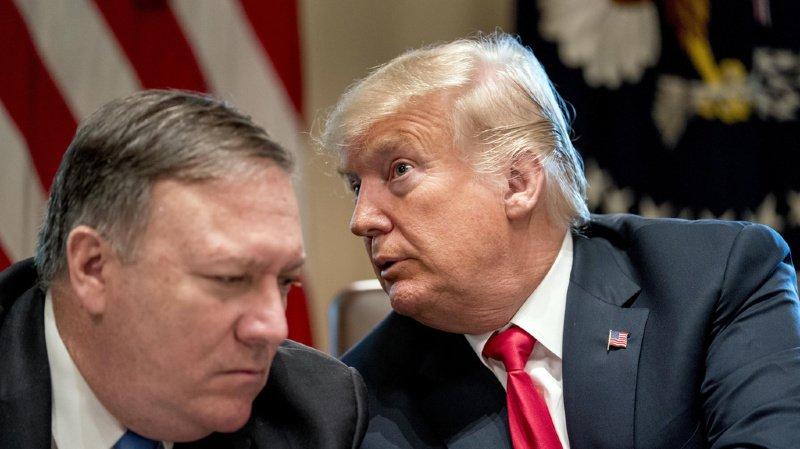 Le président américain Donald Trump (à droite) et son secrétaire d'Etat Mike Pompeo sont visés par une enquête du Sénat américain.