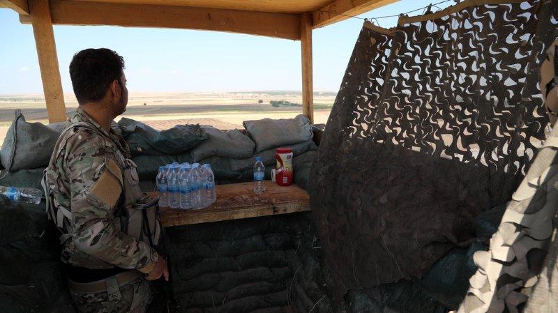 Ce combattant kurde s'apprête à voir déferler les troupes turques et syriennes venues le déloger.