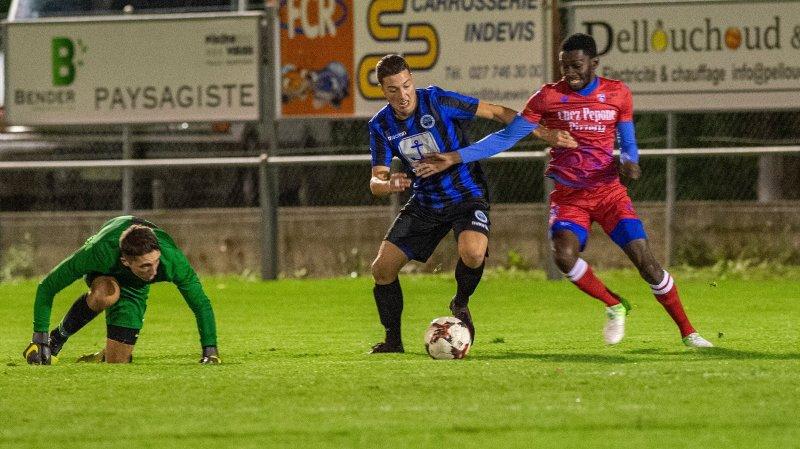 Fully le, 20 oct.2019 : Le FC Fully reçoit le US Port-Valais. Coumare Sékou (Fully) face a Thétaz Julien (Port-Valais).©Sacha Bittel/Le Nouvelliste